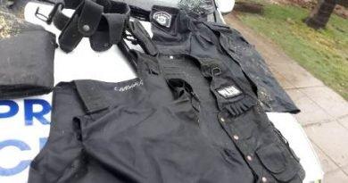 LO SORPRENDEN EN LA CALLE CON PRENDA Y CHALECOS POLICIALES